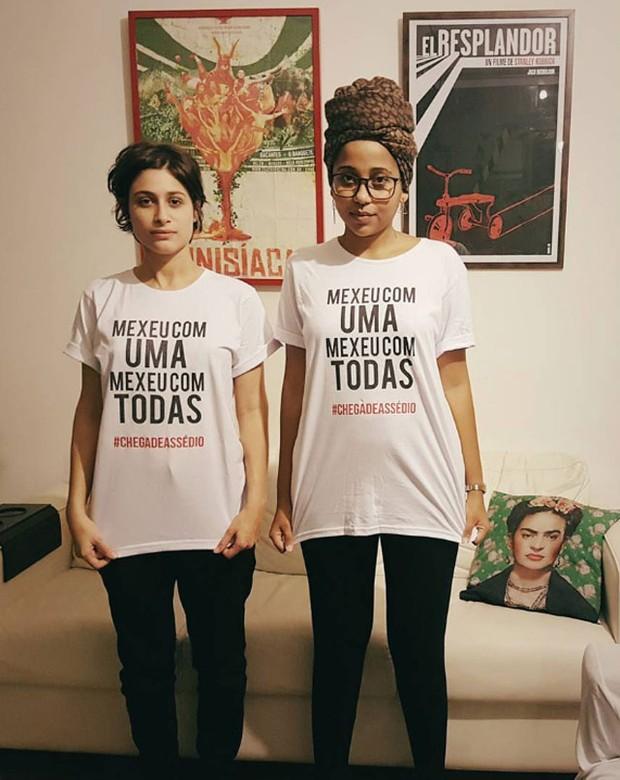Luisa Arraes e amiga vestem a camisa com hashtag Chega de assédio (Foto: Reprodução/Instagram)