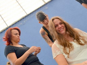 Lúcia Alves Cardoso, 46 anos, psicopedadoga se emocionou ao cortar os cabelos (Foto: Fernanda Zanetti/G1)
