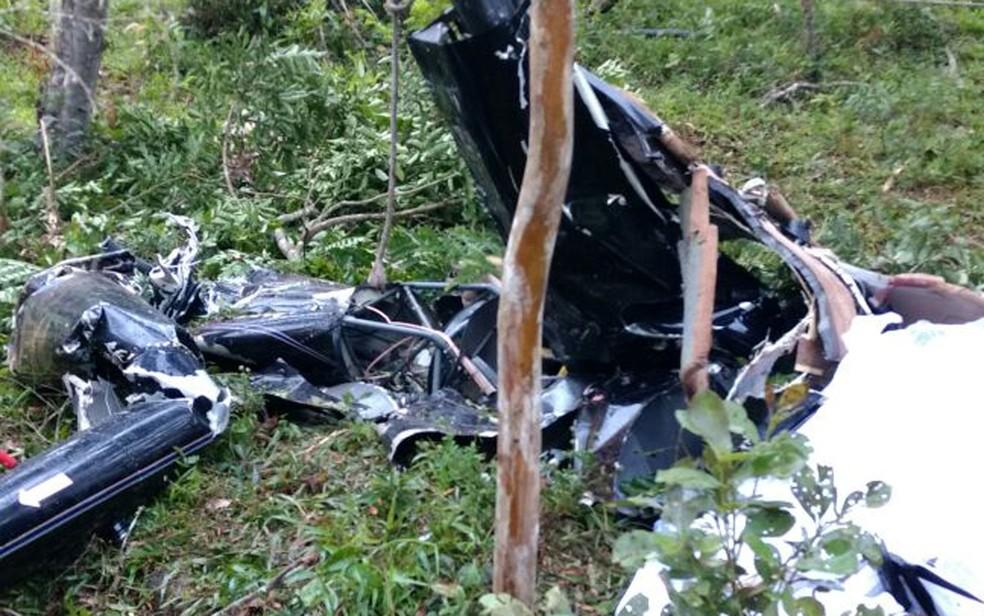 Destroços do helicóptero que caiu em São Lourenço da Serra (Foto: Divulgação/Corpo de Bombeiros)