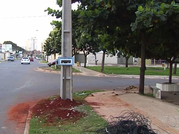 Carro de Patrícia Andrade bateu contra poste no Setor Sudoeste, em Goiânia, Goiás (Foto: Reprodução/ TV Anhanguera)