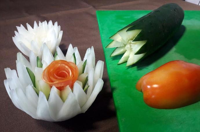 Flor de cebola, pepino e tomate é simples e prática de se fazer (Foto: Gshow/Rede Clube)