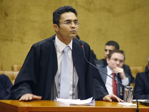 O advogado Marcelo Leal ao defender cliente no p&#250;lpito do Supremo (Foto: Gerv&#225;sio Baptista / SCO / STF)