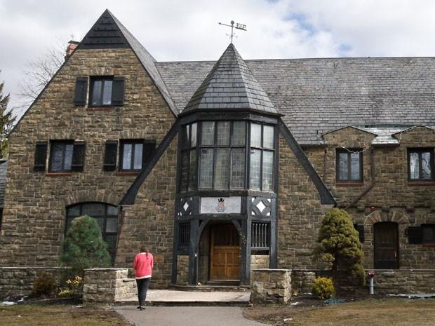 Fraternidade Kappa Delta Rho, da Universidade Penn State, é acusada de criar página com fotos de mulheres nuas desmaiadas (Foto: Gene J. Puskar/AP)