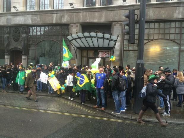 REINO UNIDO: Brasileiros protestam em frente à embaixada em Londres. (Foto: Roberto Kovalick/TV Globo)