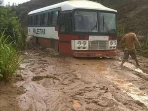 Pela manhã, ônibus atolou em estrada vicinal que liga Nicolândia a Resplendor (Foto: Juliely Piske/Arquivo Pessoal)