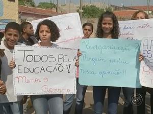 Estudantes questionam fechamento da escola em Agudos (Foto: Reprodução/TV TEM)