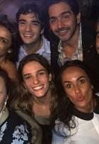 Caio Blat e Ricardo Pereira assistem à cena de sexo gay com as mulheres