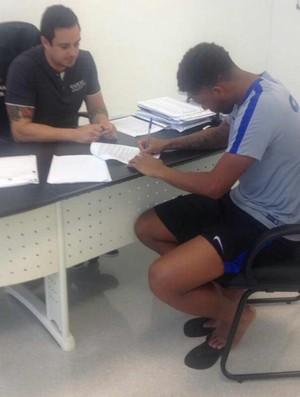 André assina contrato com Corinthians (Foto: Divulgação/Corinthians)