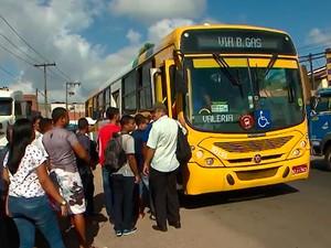Ônibus param em largo no início do bairro de Valéria, em Salvador. Bahia (Foto: Reprodução/ TV Bahia)