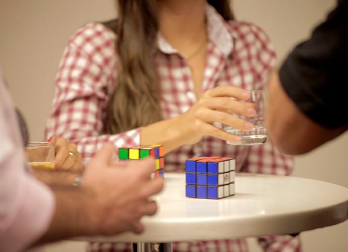 Pré-selecionados brincam com cubo mágico (Foto: Gshow)
