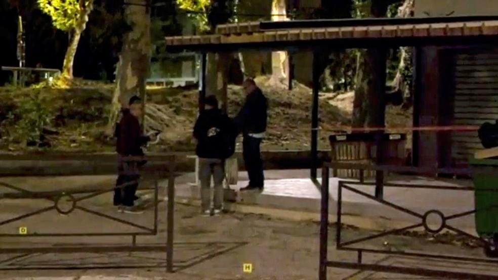 Policiais examinam cena de tiroteio em Avignon (Foto: REUTERS/REUTERS TV)