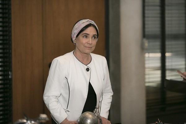 Regina na pele de Suzana, a ambígua personagem que vai ter um caso com Tarcísio Meira na trama (Foto: Reprodução/ TV Globo)