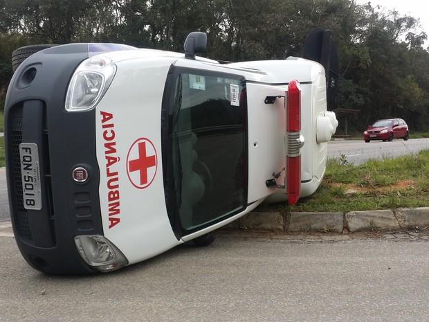 Ambulância tombou próximo ao acesso a São Roque, na rodovia Lívio Tagliassachi (Foto: Divulgação/São Roque Notícias)