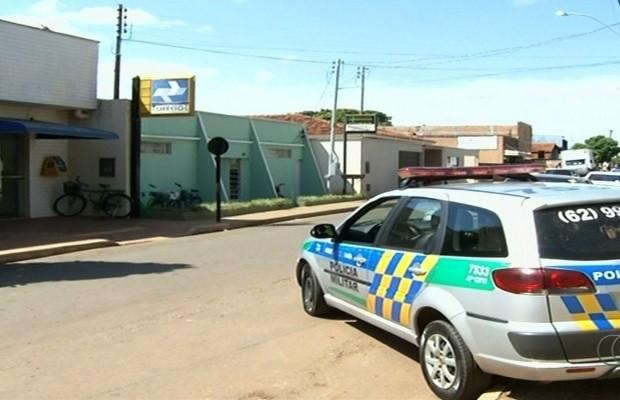 Grupo rende servidores e leva R$ 100 mil de agência dos Correios, diz PM em goiás (Foto: Reprodução/TV Anhanguera)