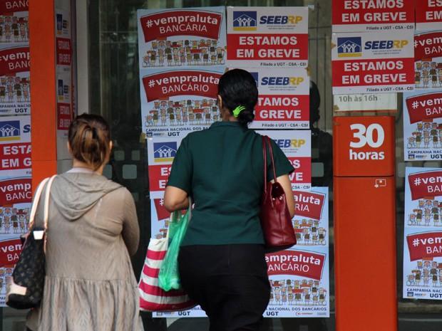 Agências bancárias de Ribeirão Preto, no interior de São Paulo, amanheceram repletas de cartazes alusivos à greve (Foto: SÉRGIO MASSON/ESTADÃO CONTEÚDO)