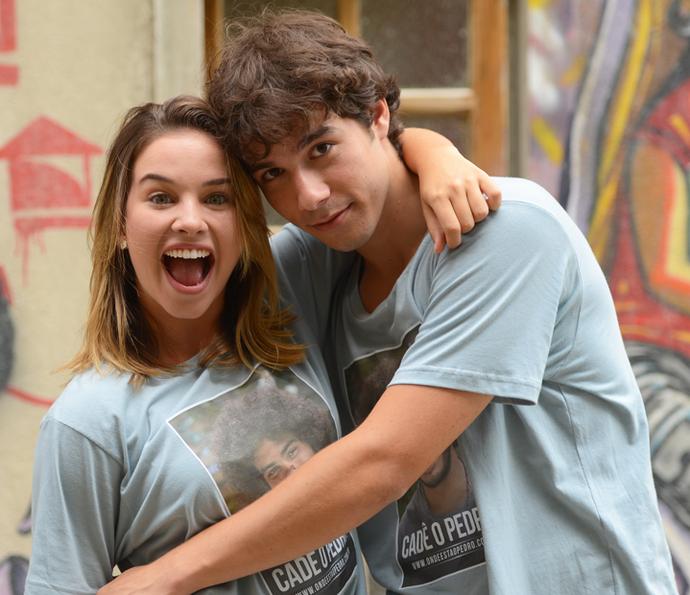 Laryssa Ayres e Vitor Novello posam nos bastidores de 'Malhação' (Foto: Pedro Carrilho/Gshow)