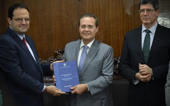 Nelson Barbosa (Planejamento), Renan Calheiros (Senado) e Joaquim Levy (Fazenda) na entrega do Orçamento de 2016 (Foto: Fabio Rodrigues Pozzebom / Agência Brasil)