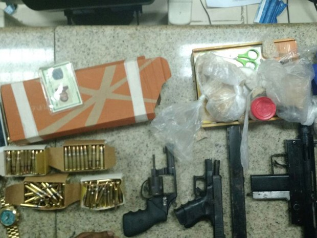 Armas foram encontradas com suspeito na noite de sexta-feira (Foto: Divulgação/ SSP)