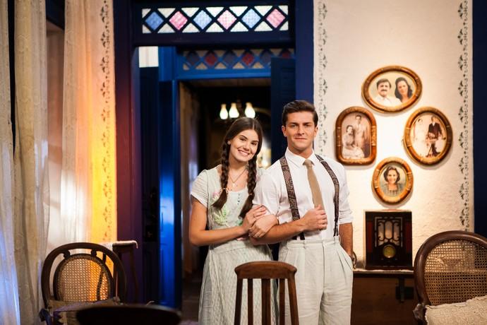 Camila Queiroz e Klebber Toledo posam nos bastidores de 'Êta Mundo Bom!' (Foto: Camila Camacho / Gshow)