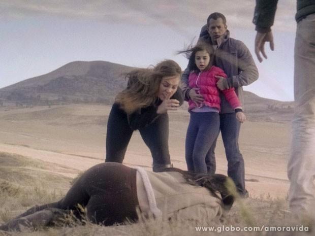 Paloma deixa Alejandra caída no chão e dá uam aviso para nunca mais se aproximar deles (Foto: Amor à Vida/ TV Globo)