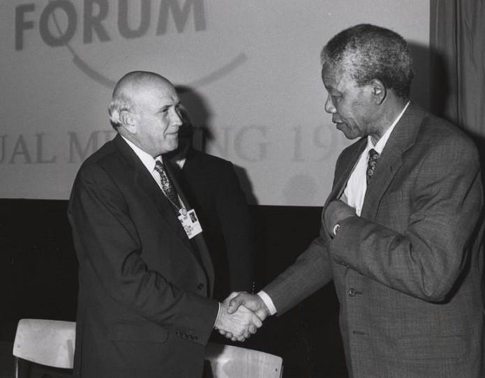 Mandela e De Klerk, com quem negociou sua saída da prisão (Foto: Wikimedia/World Economic Forum)