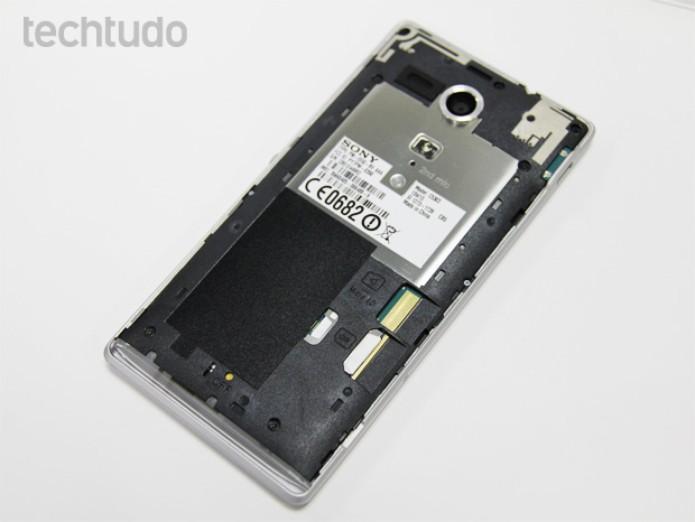 Xperia SP sem a tampa traseira: espaço para SIM e cartão microSD (Foto: Isadora Díaz/TechTudo)