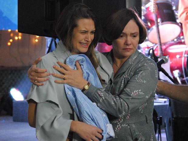Fatinha chora e é consolada pela mãe após a apresentação no sarau