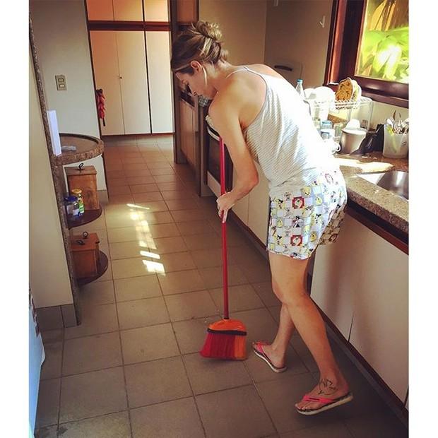 Pedro Scooby mostra Luana Piovani como dona de casa (Foto: Instagram/Reprodução)