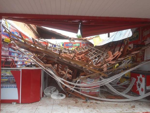 Teto de farmácia desabou e no momento do incidente havia três pessoas no estabelecimento (Foto: Sérgio Morais/Portal Altos)