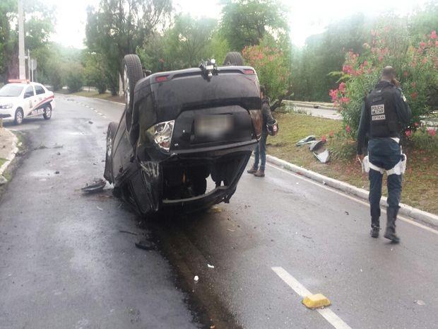 Carro capota durante acidente da Avenida Beira Mar em Aracaju