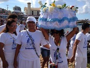 Joana Angélia, Julieta Barros e Rita Bonfim junto com o grupo de Ubanda, que elas fazem parte, entregam as oferendas sustentáveis a Iemanjá. (Foto: Maiana Belo / G1 BA)