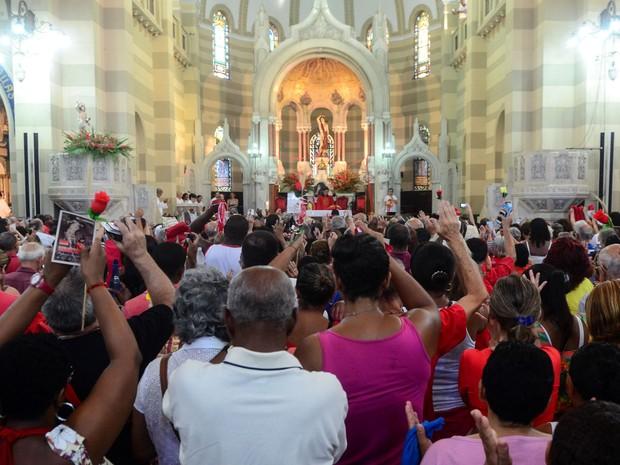 Fieis lotam a igreja dos Capuchinhos durante missas na manhã desta terça (Foto: Renato Mendes/Brazil Photo Press/Estadão Conteúdo)