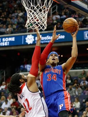 O brasileiro Nenê tenta impedir a cesta de Tobias Harris, estreante nos Pistons