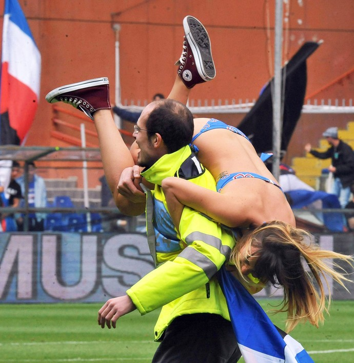 torcedora invade campo sampdoria x napoli (Foto: EFE)
