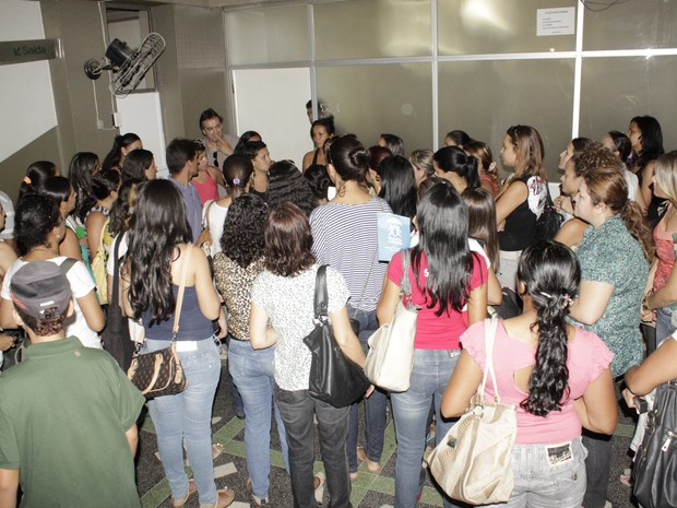 Cerca de 100 professores se reuniram em frente ao gabinete do prefeito. (Foto: Valdivan Veloso / G1)