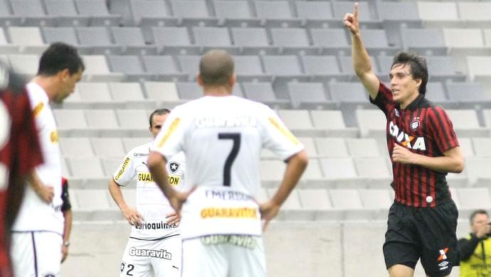 Cléo comemora gol do Atlético-PR contra o Botafogo (Foto: Joka Madruga / Futura Press)
