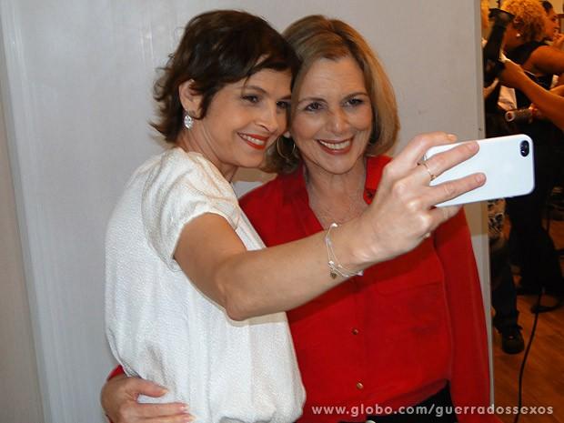 Drica Moraes tira foto ao lado de Irene Ravache (Foto: Guerra dos Sexos / TV Globo)