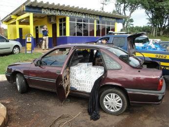 Cigarros estavam em um carro que tinha sido roubado em Francisco Beltrão (Foto: Divulgação / PRF)