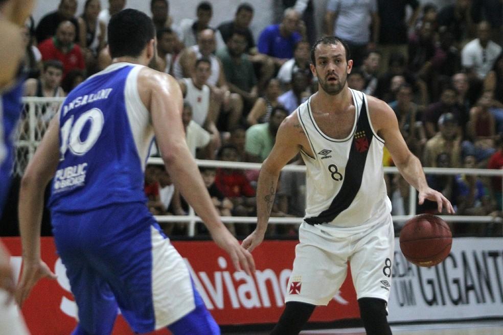 Gaúcho foi o cestinha, mas não evitou derrota do Vasco na abertura dos playoffs do NBB (Foto: Paulo Fernandes/Vasco)