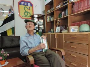 Ex-soldado escreveu livro contando histórias vividas na guerra (Foto: Caio Gomes Silveira/ G1)