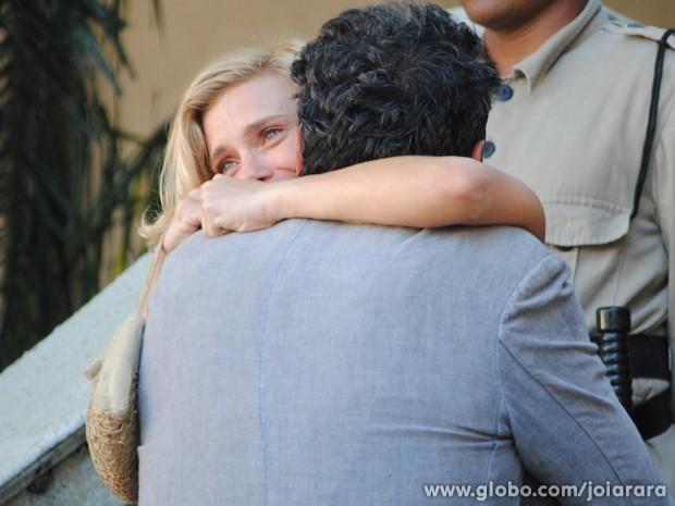 Iolanda é absolvida e comemora com Mundo (Foto: Joia Rara/TV Globo)