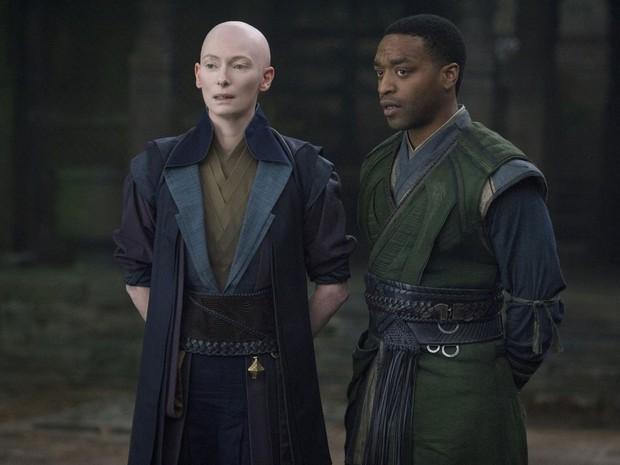 Tilda Swinton e Chiwetel Ejiofor em cena de 'Doutor Estranho' (Foto: Divulgação/Marvel)