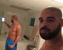 Vai voltar? Sem jogar há quatro meses, Adriano posta foto magrinho sem camisa