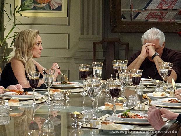 Pilar deixa César preocupado com a situação de Paloma (Foto: Amor à Vida/TV Globo)