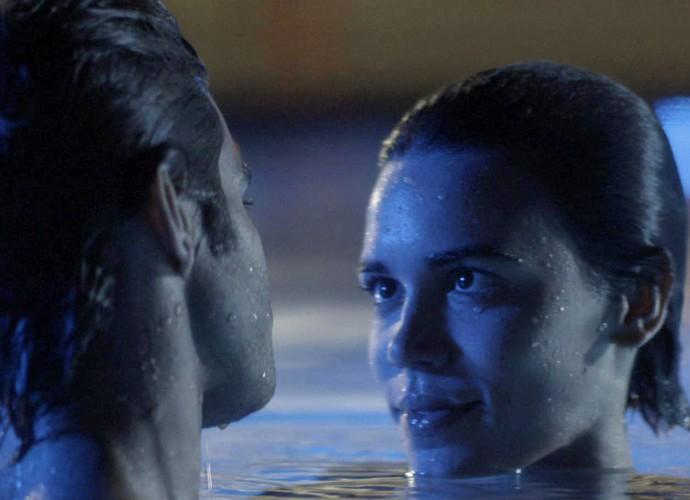 Vai dar namoro! Leila se derrete ao ouvir pedido de Fabinho (Foto: TV Globo)