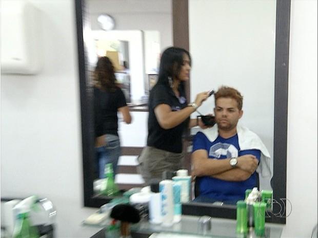 Homens movimentam salões de beleza em Palmas (Foto: Reprodução/TV Anhanguera)