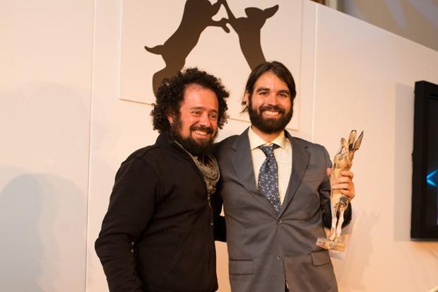 Bachinski com o professor Thales Tréz, primeiro brasileiro a fazer parte do júri do Lush Prize que entregou o troféu (Foto: Divulgação / Lush Prize)