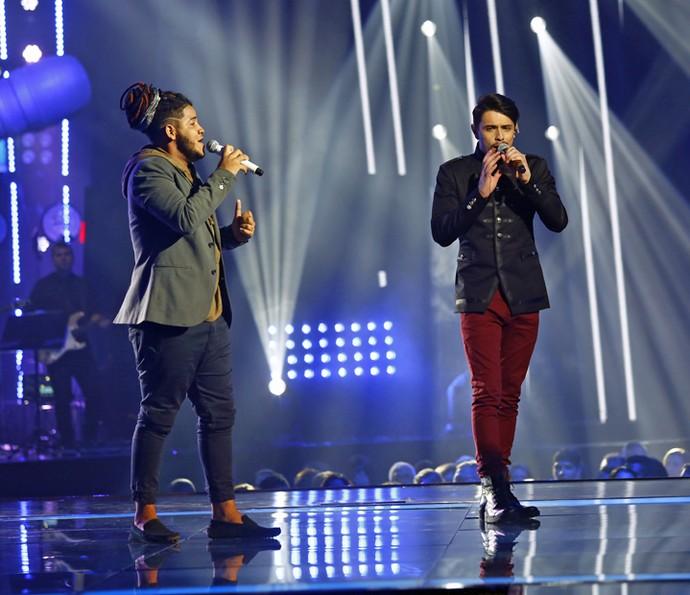 Afonso Cappelo e Dan Costa em dueto na Final do 'The Voice Brasil' (Foto: Artur Meninea/Gshow)