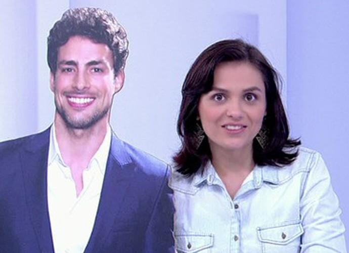 Monica Iozzi abraça totem com imagem de Cauã Reymond (Foto: Vídeo Show / TV Globo)