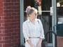 Kate Hudson usa vestido com fenda e quase mostra demais